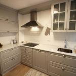 Cocina clásica gris y blanca